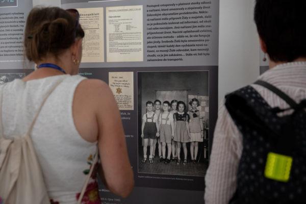 V rámci Letní filmové školy natočila proběhla 10. srpna 2020 vernisáž výstavy Neztratit víru v člověka: Protektorát očima židovských dětí. Výstavu zahájil ředitel Židovského muzea v Praze Leo Pavlát spolu s programovou ředitelkou festivalu Ivou Hejlíčkovou.